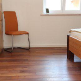 Schlafzimmer-parkett-robinienholz-gedaempft