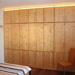 Schlafzimmerschrank-fichte-vollmassiv-led-akzentbeleuchtung