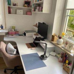 Eck-Schreibtisch aus 28 mm dicker, beschichteter Platte mit Freiformrundungen. Unterbauschrank 700 mm tief mit drei Vollauszügen. Einbausteckdosen und USB Anschluss.